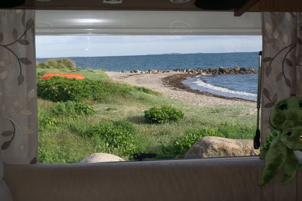 Blick aus dem Wohnmobil auf das Meer